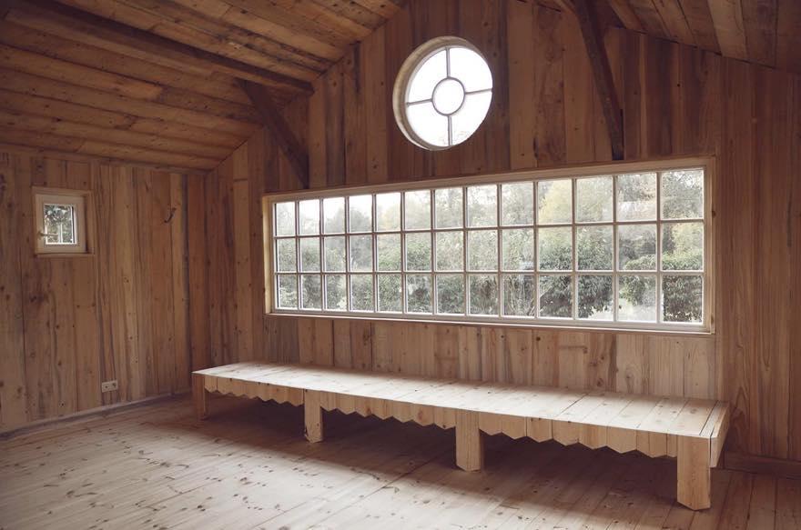 Banquette et baie vitrée