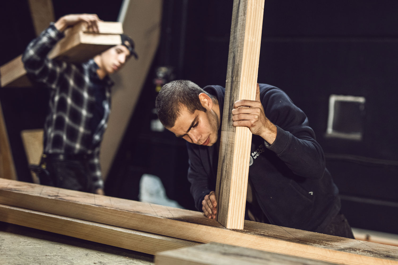 Ouvriers assemblent une structure en bois