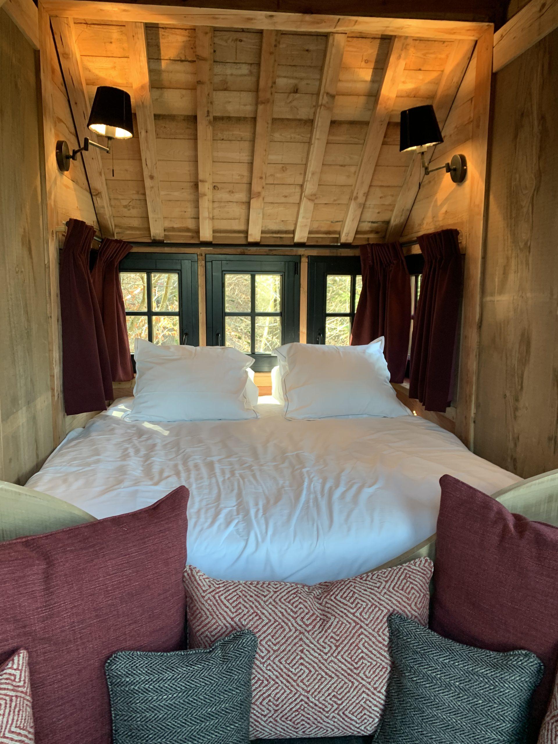 Tiny house intérieure bois sur mesure lit cosy