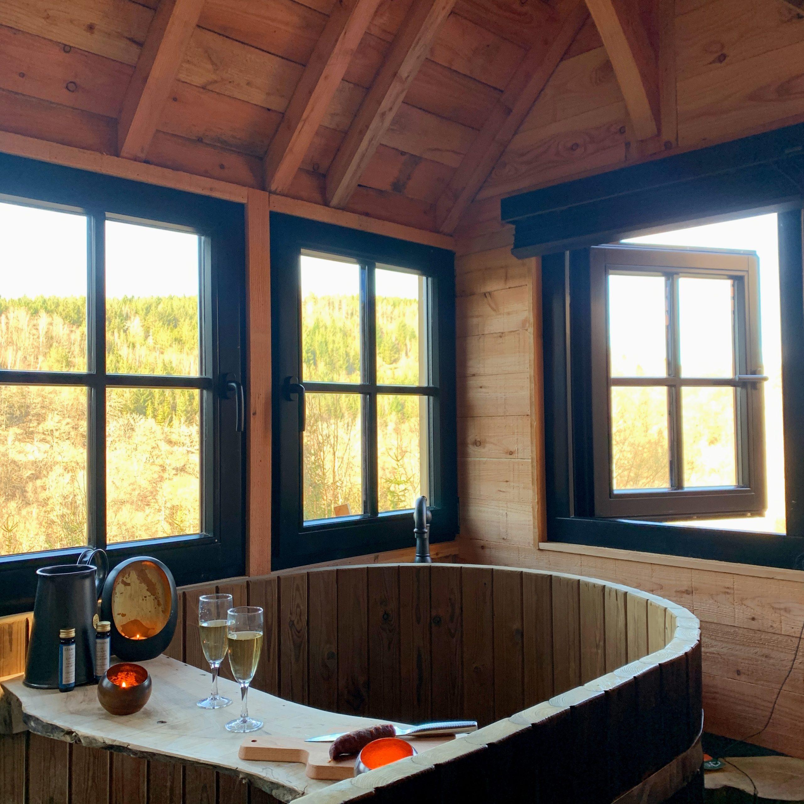 Tiny house interieur baignoire bois sur mesure